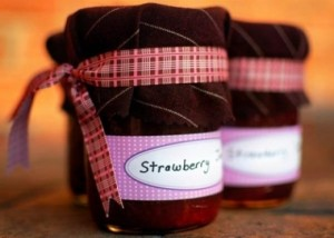 Mason Jar Jams for wedding decorations & heap and lovely wedding gift for guests!