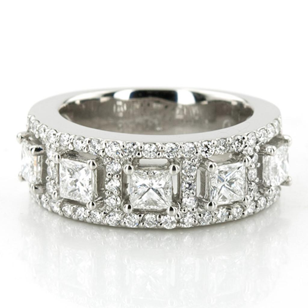 Magnificent diamond fashion ring